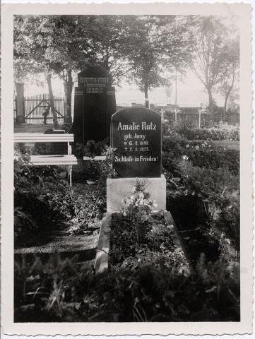Amalie Rutz. Geboren Juny 1840–1923. Grabmal in Bublitz, Westpommern ca. 1925
