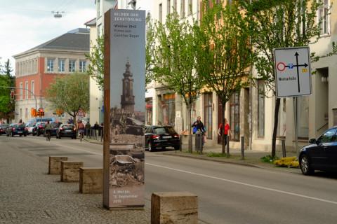 Werbestele zur Ausstellung »Bilder der Zerstörung– Weimar 1945, Fotos von Günther Beyer«